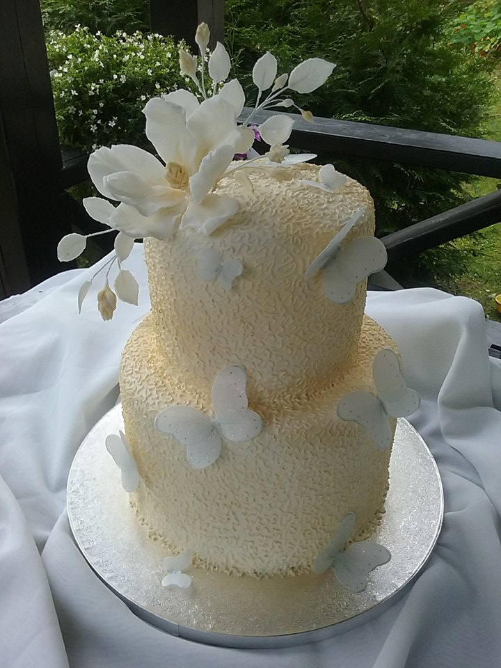 Tortas dekoruotas valgomais drugeliais
